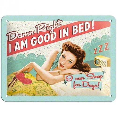 Tinnen muurplaatje in jaren 50 stijl met de tekst: Damn right I am good in bed! I can sleep for days! Het muurplaatje is 15 x 20 cm groot en heeft vier gaatjes voor het ophangen.