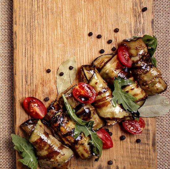 <p>Zin in een smakelijke starter? We hebben 2 overheerlijke hapjes voor jou in petto. Wat denk je van gegrilde auberginerolletjes of een courgettestick met parmezaan? Tover makkelijk deze groentehapjes op tafel en breng je lunch vanaf het begin op smaak. </p>