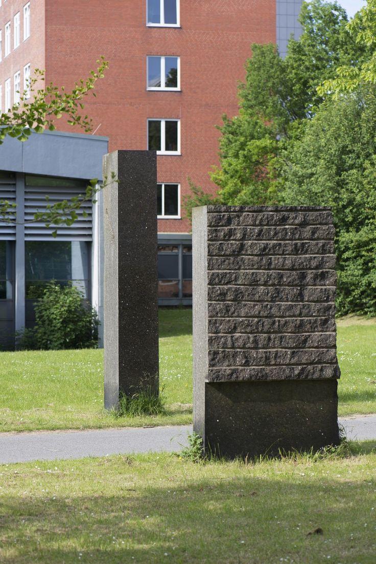 #Kiel Die Liebe zum Material, schwarzblau schimmernder Larvikit aus einem Steinbruch im norwegischen Küstenort Larvik, inspirierteRolf Goerler zu den beiden Stelen, die wie ein Tor rechts und links des ...