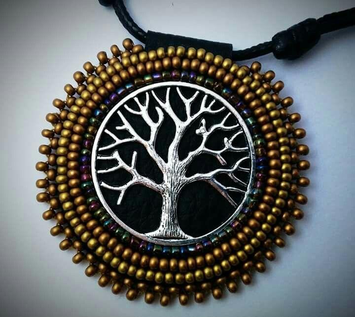 """""""Árbol de le la vida""""  El árbol tiene un significado simbólico en todas las culturas del mundo. Con sus funciones protectora y nutriente, representa a la diosa madre.  Profundamente arraigado en la tierra, extrae el agua del suelo y trata de alcanzar el cielo y la eternidad, de modo que actúa como eje del mundo.  Técnica de cosido a mano. Consultar disponibilidad. http://www.facebook.com/MysticDreamsFactory Gracias"""