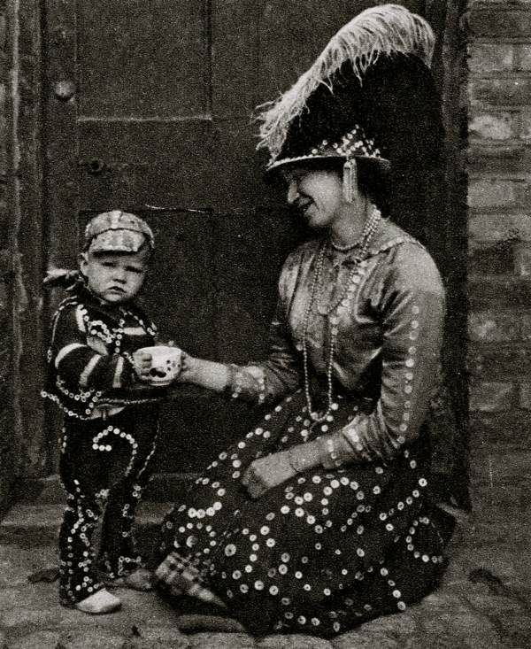 Costermonger and child. Characterful portraits of Londoners, believed to be by photographer Donald McLeish (1879-1950), selected from the three volumes of Wonderful London edited by St John Adcock and produced by The Fleetway House in the nineteen-twenties.