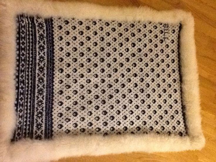 Fälltäcke stickat med inspiration från ett norskt mönster . Lammullsbaksida. Storlek 70 x 100 cm