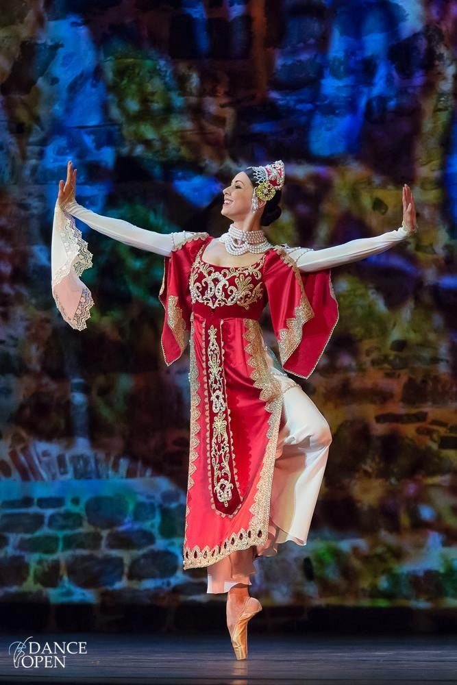 "Irina Perren (Mikhailovsky Ballet), ""Russkaya,"" 2014 Dance Open, Savonlinna, Finland (July 20, 2014). © Katya Kravtsova. ✯ Ballet beautie, sur les pointes ! ✯"