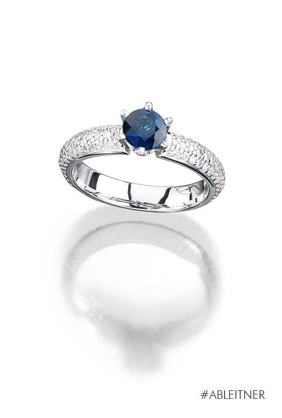 ABLEITNER | L.A Creation | Royal Blue | Edelsteine sind in ihrer unnachahmlichen Schönheit ein Symbol von Beständigkeit. Ihre Eleganz manifestiert sich auf verschiedene Weisen: Der Diamant wird an seiner Transparenz, seiner Farblosigkeit und seinem Feuer gemessen. Rubin, Saphir und Smaragd hingegen gewinnen an Spannung, wenn sie in vornehmen, royalen Farben  funkeln. Dieses Modell der Ableitner Verlobungsring-Kollektion vereint diese Eigenschaften.