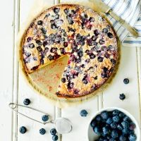 Bak hvit sjokoladekake med blåbær og sitron