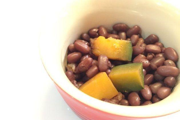 最強のマクロビオティックレシピ「小豆かぼちゃ」をご存知ですか? マクロビオティックに親しい方ならあずきかぼちゃはご存知かと思われます。 一般的に小豆はあんこや和菓子に使われる存在、という認識ですよね。 食事で食べるなら赤飯くらいでしょうか。  マクロビオティックでは小豆を食養として食べたり、食箋・お手当として用いられます。 この場合、もちろんお砂糖は使用せず、小豆とかぼちゃを天然塩だけで炊き上げるものです。 アジア諸国以外あまり食べられることのない小豆ですが、昔から日本人は好んで食べていました。 今、小豆をおすすめしたい理由をお伝えしていきます。 小豆に秘められるパワー 小豆は昔から、邪気払いやお祭りごとに使われてきました。 原産国の中国では古くから特徴的な赤い色が、太陽・生命を象徴し、魔除けなどの力もあると信じられてきました。 日本でもお赤飯をお祝いごとで食べたり、厄払いに用いたりするのはこう言った理由からでしょう。 古くから小豆は親しまれ、特別な日は小豆を炊く。 洋菓子がない時代、砂糖と小豆を炊いたものはとてもおいしく、贅沢な食べ物だったのではないでしょうか。…