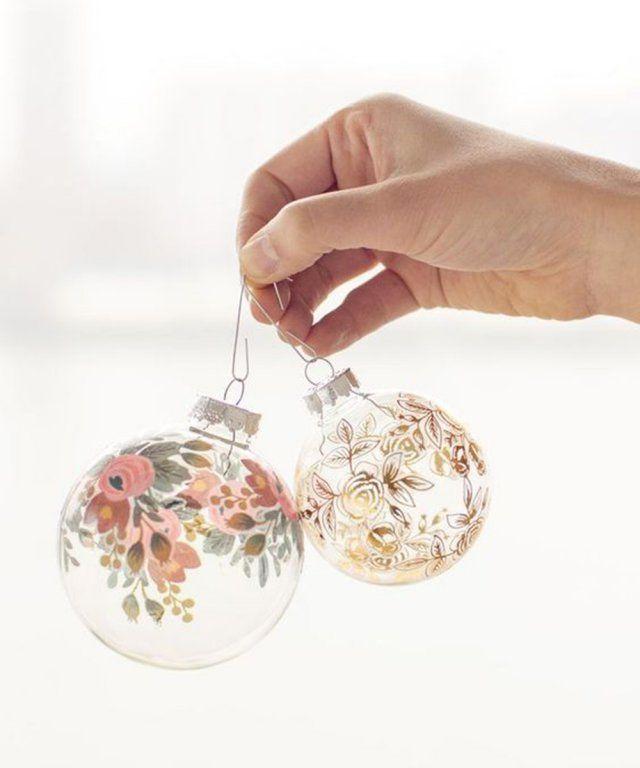 Une boule de noël décorée de tatouages éphémères / diy boule de noel / christmas diy