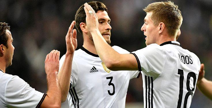 Deutschland siegt gegen Italien - Die Fußball-Nationalmannschaft hat einen beeindruckenden Sieg gegen Italien errungen. Das Team von Joachim Löw gewann mit 4:1. Es war der erste Erfolg gegen die Squadra Azzurra seit über 20 Jahren.