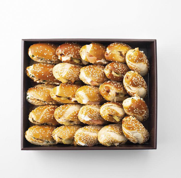 MORICETTE 24 mini-pains Moricette pour 5-6 personnes - Saumon fumé et yaourt grec aux herbes - Poulet, sauce barbecue et malossol - Fromage frais et noix
