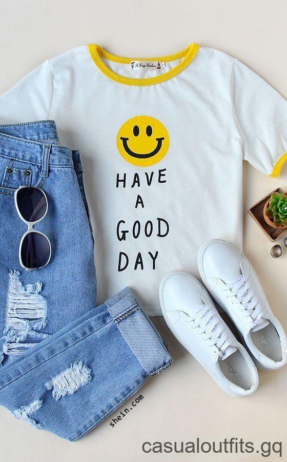 Geel en wit shirt, losse spijkerbroek, witte sneakers en witte