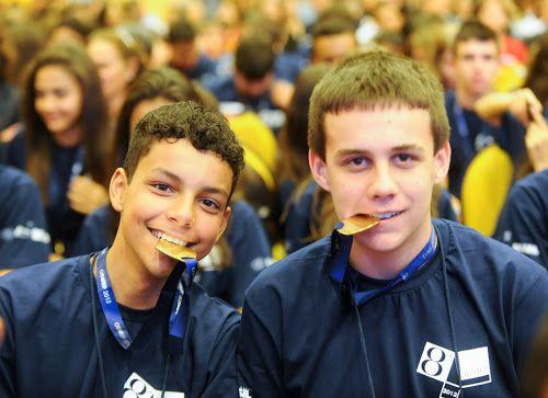 Garotos orgulhosos e suas medalhas na cerimônia de premiação da 8a Olimpíada de Matemática das Escolas Públicas - do blog Sun Tzu e A Arte da Guerra (http://www.suntzulives.com/).