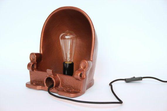 Je hebt altijd baas boven baas. Zo ook met lampen. Wat dacht je van deze industriële lamp, gemaakt van een oude drinkbak? De bak is veranderd in een unieke lamp om zo ook bij jou thuis tot zn recht te komen.  De lampen zijn voorzien van een zwarte E27 fitting, strijkijzerdraad en zwarte schakelaar. Ze zijn neer te zetten of op te hangen en dienen dus als tafellamp, bureaulamp of wandlamp.  De koeiendrinkbak komt uit Friesland en wanneer je de lamp aan zet wordt de binnenkant mooi verlicht…