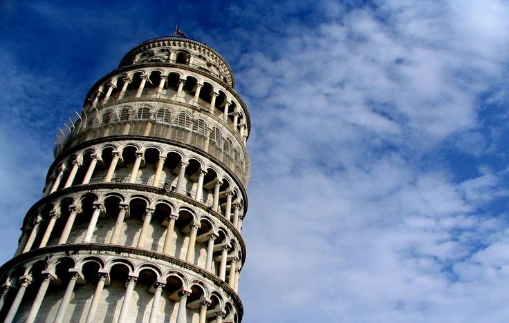 #Italie #Pise . Véritable emblème de la ville, la tour penchée de Pise est une des constructions les plus belles et les plus étranges du monde. Défiant les règles architecturales, la tour de Pise est naturellement penchée et s'incline de plus en plus en direction du sud chaque année.  La légende dit que, du haut de cette tour, Galilée mesura le temps de chute de différents corps et put établir que la vitesse de leur chute était la même pour tous. http://vp.etr.im/ab8