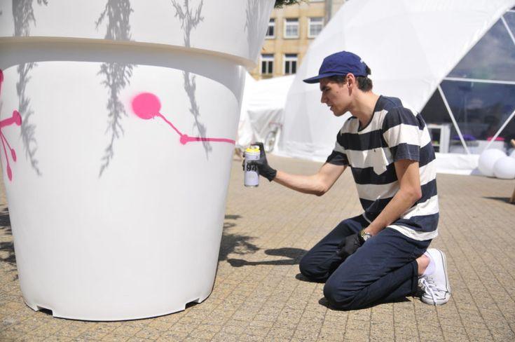 Poznań już pokochał donice! A ty? | Nunoni | poznań design days | public space with large flower pots gianto