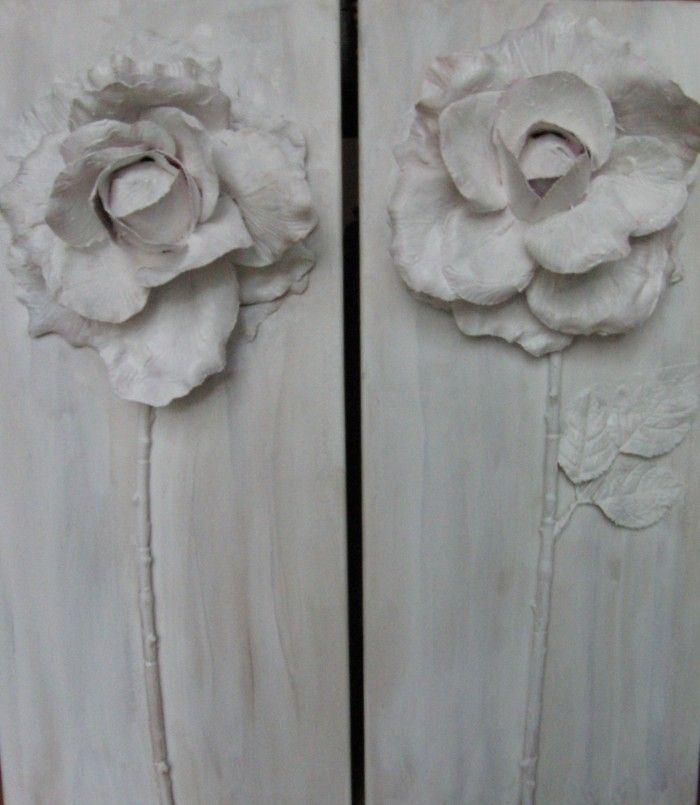 een plastic bloem op een verfdoek plakken en bewerken met primer voor verf daarna schilderen