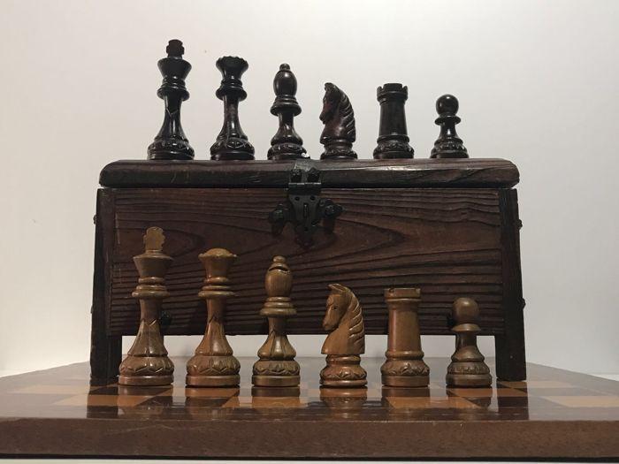 Grote chess set gemaakt van olijf hout gelimiteerde serie.  Spectaculaire schaakbord hand gemaakt door geschoolde Spaanse ambachtslieden van het gebied van Catalonië. Gemaakt van oude olijf hout het heeft een certificaat en het is een beperkte reeks schaakbord van de auteur. Originele vormen zeer grote maten en een aantal van de stukken als de paarden zijn perfect gesneden een dame gerestaureerd als gevolg van de ouderdom... De stijl is klassieke Staunton en de stukken zijn tussen 12 cm en…