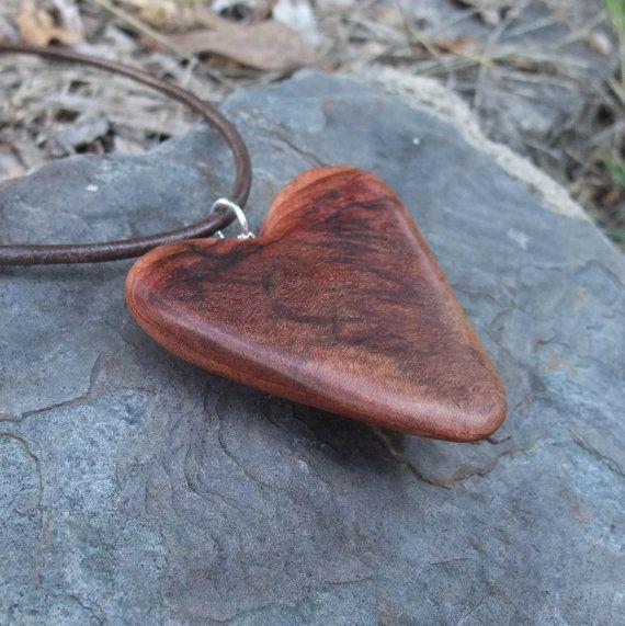 Natuurlijke sieraden - houten hart ketting - handgemaakt in Australië met natuurlijk afkomstige hout. Eucalyptus hout gevormd door de termieten en mij. Boom liefde om te dragen.  Hart van grootte: 62 x 62 x 17 mm (2,4 x 2.4 x 0,66 ) hanger lengte incl. sterling zilver instelling: 66mm (2,36)  Het hart komt op Japara of leer met een gesp Kies bij het afrekenen.  Ik vond dit stuk van eucalyptus hout in SW Queensland tijdens onze recente tijd met de bomen. Het biedt warme tinten van bruin en…