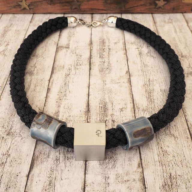Il Cùbo diventa collana. Alluminio. Ceramica. Corda. #pieraromeodesign . . . #fattoamanoinitalia #madeinitaly #contemporaryjewelry #artjewelry #style #necklace