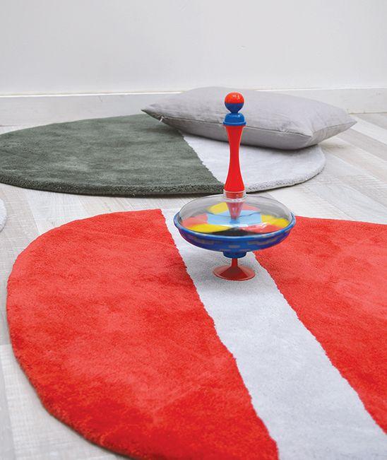 MiPetiteLife.es - Alfombra Lilipinso infantil stone rojo. Bi-colores y diseño de la alfombra. Alfombra Pequeño, todas únicas con formas originales. Para una suave y esponjosa para jugar o simplemente tumbarse espacio.De luz, los niños pueden moverse con facilidad para adaptarse a susnecesidades. Disponible en 8 colores armoniosos. Fabricación artesanal. Alfombra de algodón Fabricación : India www.MiPetiteLife.es
