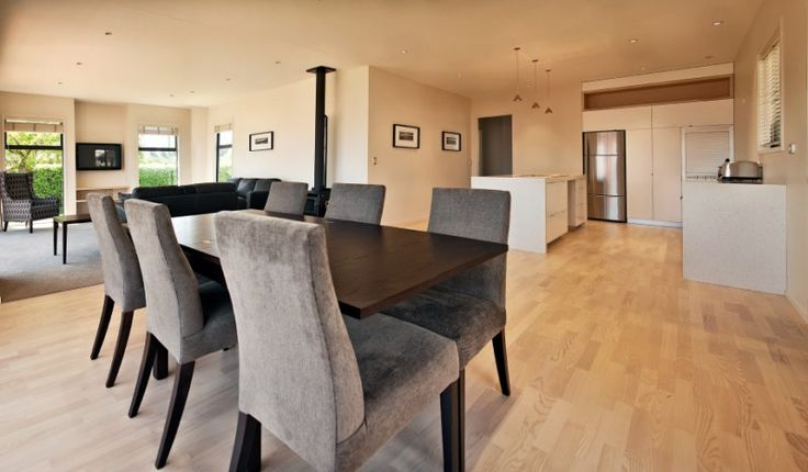 Dragonfly Cottage | Wanaka Holiday Houses - Beautifully spacious living area to comfortably  accommodate a variety of groups.