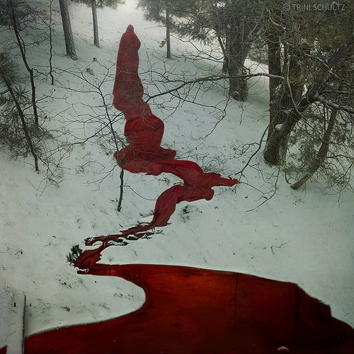 Eine Blutspur hinter einem sinistren Rotkäppchen (Kunstblut kann ich selbst herstellen aus Zuckerrübensirup und Lebensmittelfarbe, nach einer Anleitung von IraVampira)