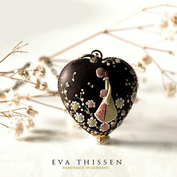 Eva Thissen, es una artista alemana que trabaja la arcilla polimerica como si de un lienzo se tratará. Aplicaciones y dibujos en relieve con...