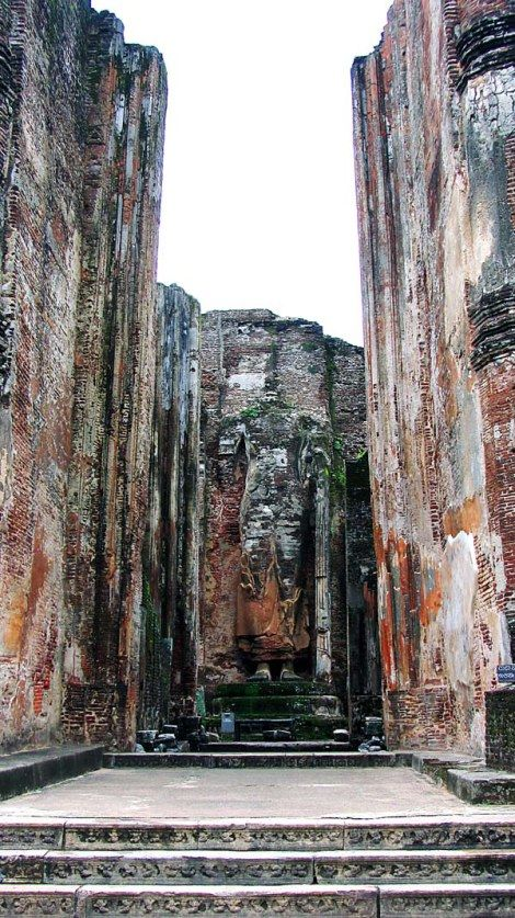 Polonnaruwa, en Sri Lanka. Zona de Lankatilaka, una gran estructura de ladrillos de arcilla, en la que destacan sus dos paredes, con un grosor de 4 metros y una altura de 17 metros, formando un pasillo que nos lleva a inmensa imagen de Buda sin cabeza de 14 metros de alto, también construida de ladrillo.