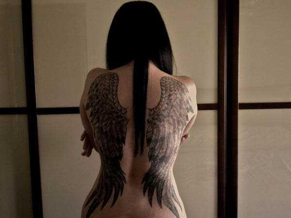 sırtı kaplayan melek kanadı dövmesi