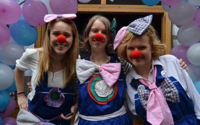 Ne place să râdem. Ne place să ne dansăm, să cântăm, să facem jocuri năstruşnice. În lumea lui Ping şi Pong nu este plictiseală, nimeni nu stă, nimeni nu este trist. Toţi copiii vor învăţa cum se fac figurinele din baloane, cum dai viaţă animăluţelor de hârtie şi cum îţi poţi distra prietenii cu talente de clown. Odată intrat în lumea lui Ping şi Pong, vei primi nasul roşu: legitimaţia ta de bună dispoziţie! De aici începe distracţia!