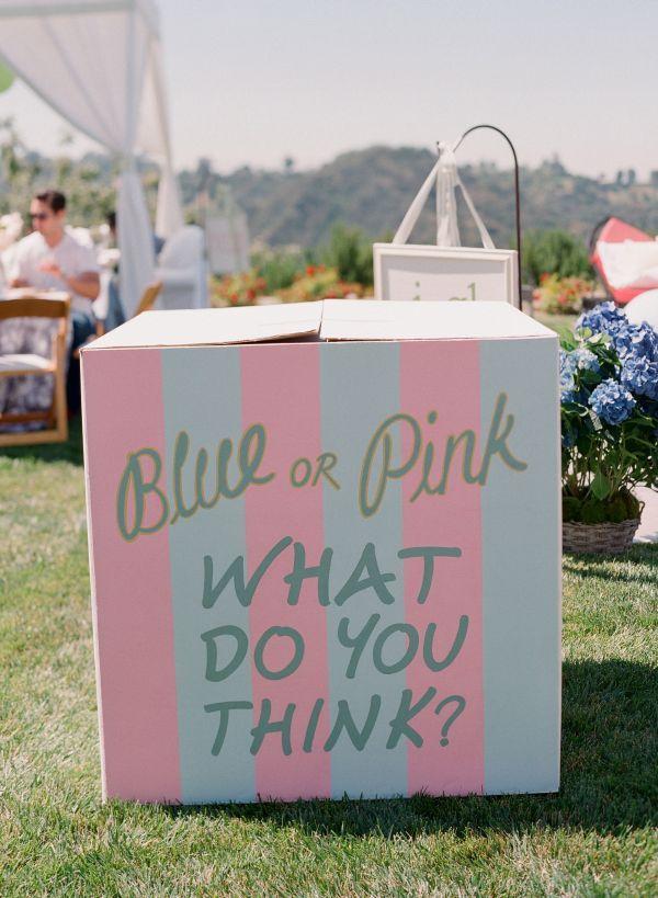 Una caja especial... Dentro están globos del color que anuncia el sexo del bebé: rosa si es niña, azul si es niño... Los padres no saben el color! / A special box... Inside are the balloons that will announce the sex of the baby: pink if it's a girl, blue if it's a boy... The parents don't know which yet!