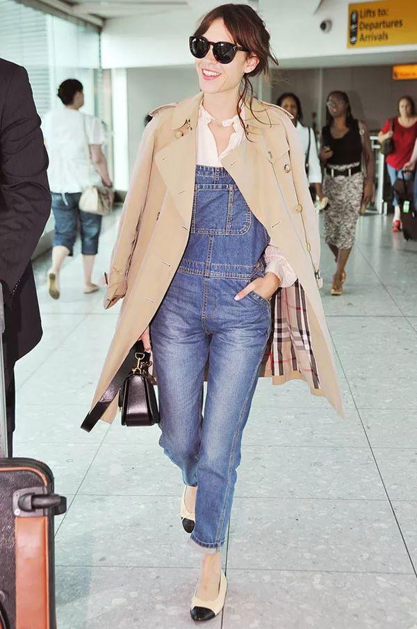 alexa-chung-jardineira-jeans