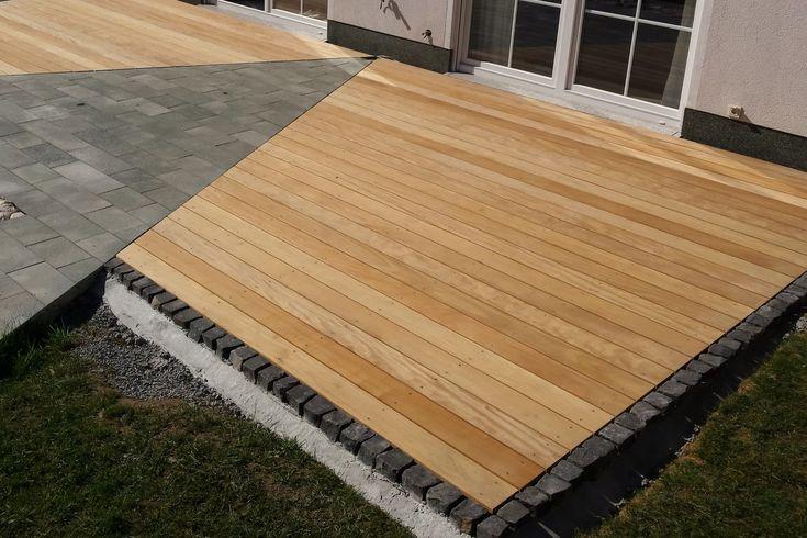 Garapa Terrassendielen für den Terrassenbau. 100% FSC®-zertifiziert aus verantwortungsvoller Waldwirtschaft. Herkunftsland: Peru. Garapa ist ein helles sehr hartes Holz welches nach einer Behandlung mit Terrassenöl leicht nachdunkelt. Die Druckfestigkeit beträgt von 63 N/mm². Es ist sehr beständig im Außenbereich und arbeitet vergleichsweise wenig. Schwindmaße: 7,5 % tangential, 4,4 % radial. Das Holz ist nahezu astfrei und von feiner Struktur. Die Fasern stellen sich fast nicht auf. Es ...