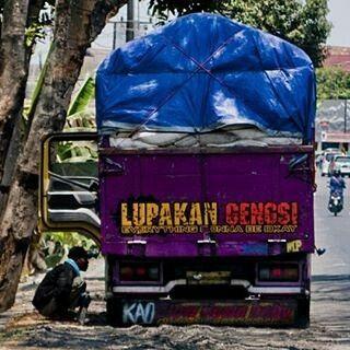 @ariefsukardono - Gengsi Dong.  #truk #baktruk #lukisanbaktruk #catatan #transportasi #transportation #angkutan #jalanan #visualjalanan #visualart #memetruk #streetview #streetphoto #streetphotography #street_photography #indonesia