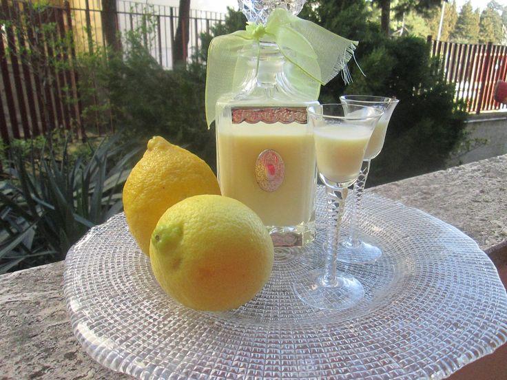 io amo tantissimo preparare i liquori fatti in casa e voi vi cimentate?, questa che vi propongo oggi è la crema di limoncello.. davvero ottima, dal gusto delicato e morbido..