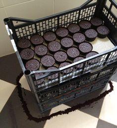 E onde que eu vou colocar, sei lá, 200 cupcakes até a hora da entrega? Procure caixas de transporte de doces, geralmente feitas de papelão ou papel kraft. Eu consegui caixas de carregar frutas na Ceasa local. Dei uma boa lavada nelas, coloquei esteiras antiderrapantes no fundo e voilà.