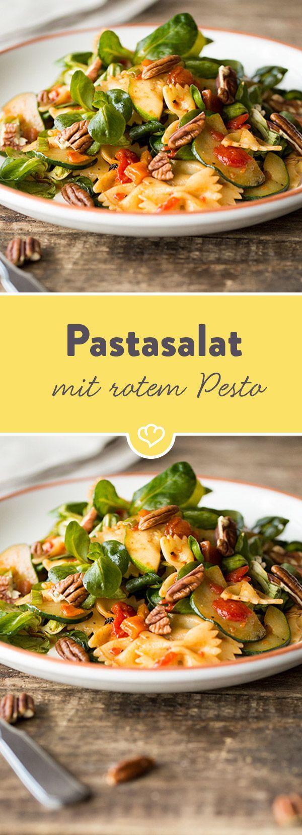 Dieser Pastasalat ist nicht nur schnell zubereitet, sondern schmeckt mit würzigem roten Pesto, Zitrone und Pekannüssen verfeinert sommerlich köstlich.