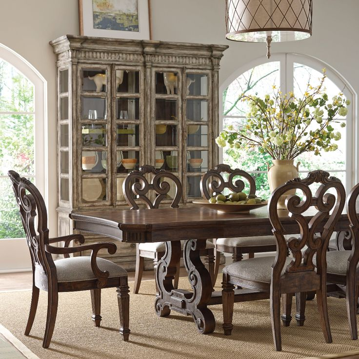 This Traditional Thomasville Casa Veneto Dining Room Is Complemented With Less Ornate