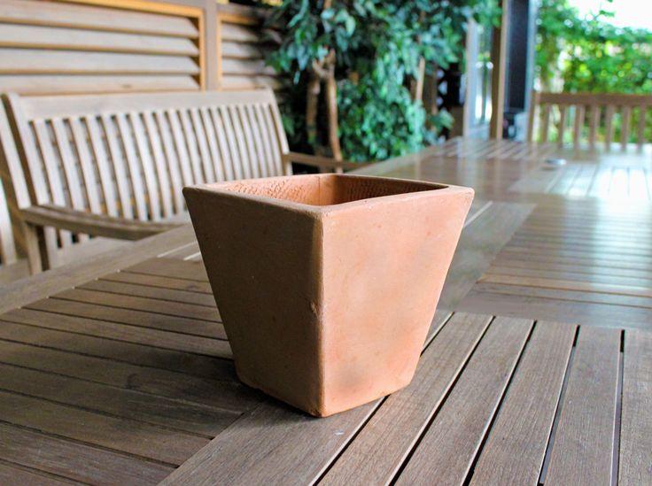 【Before】 ハンズマンの素焼き鉢(テラコッタ鉢)は、ハンズマンの豊富な品揃えの中でも特に人気の高いアイテム。 イタリアから直輸入しているので、デザイン性は高いのに価格はとってもお手頃です!