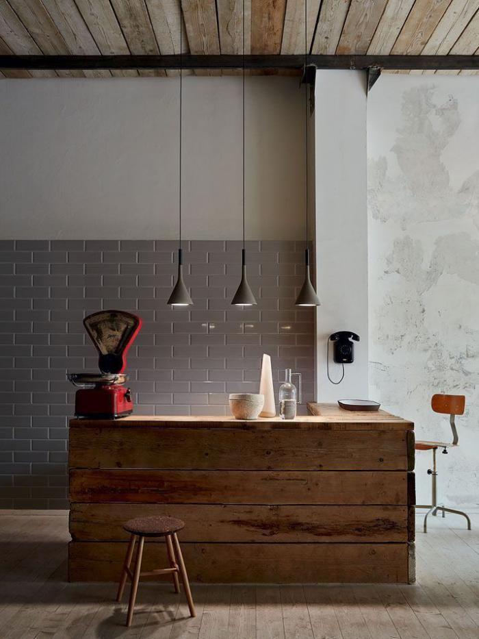 comptoir en bois recyclé, décor en bois réutilisé, lampes suspendues, plafond poutres de bois