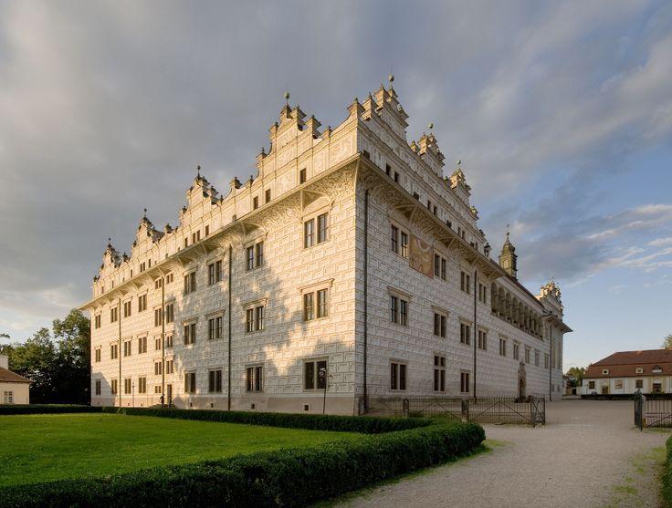 Renesanční litomyšlský zámek s více než osmi tisíci sgrafity nemohl uniknout pozornosti filmařů. Jako kulisu si ho pro koprodukční film Zapomeňte na Mozarta (1985) vybral Miloslav Luther.