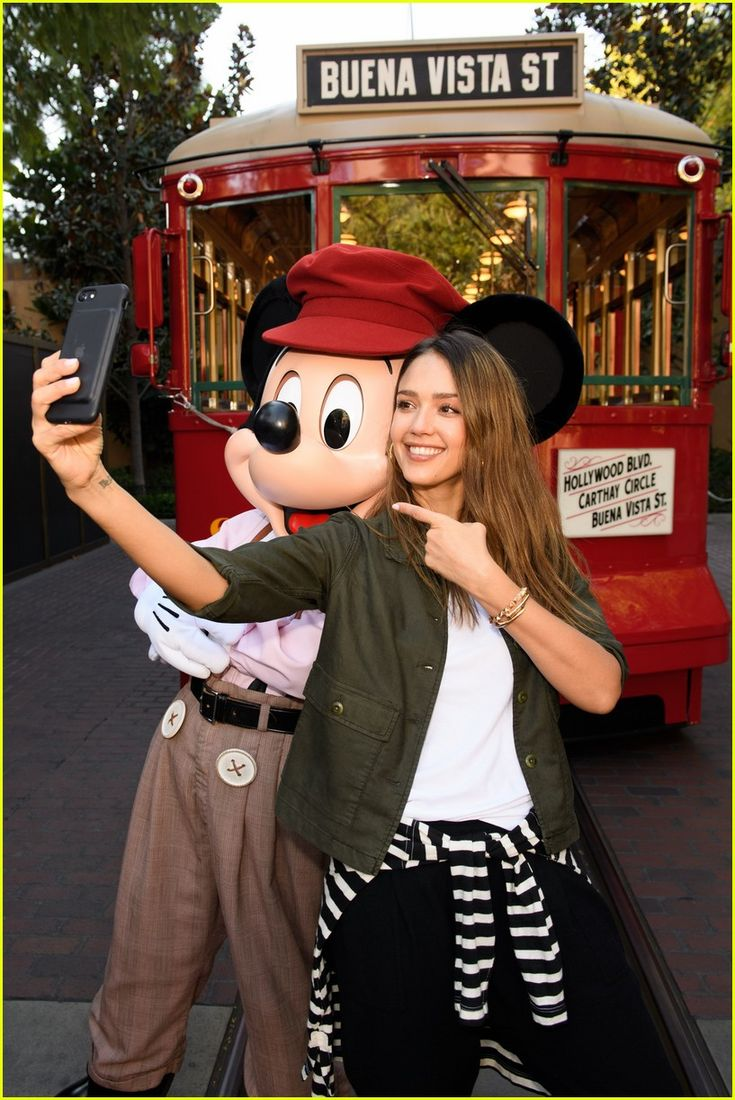 Jessica Alba, Cash Warren, & Their Daughters Spend the Day With Mickey Mouse | jessica alba cash warren and their daughters spend the day with mickey mouse 04 - Photo