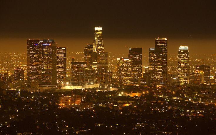 IlPost - Los Angeles, California, USA - Il centro della città, nella notte di mercoledì.  (JOE KLAMAR/AFP/Getty Images)