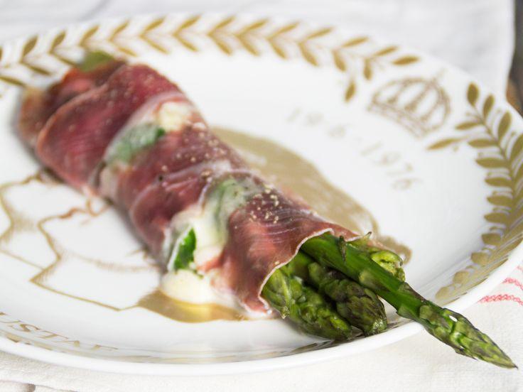Parmainlindad sparris med mozzarella och basilika | Recept från Köket.se
