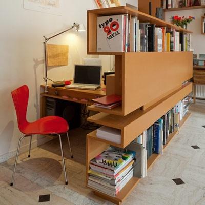 Une bibliothèque cachant un bureau