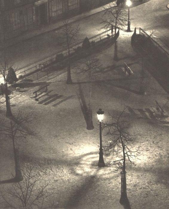 """Andre Kertész (1894-1985) - avond vierkant Parijs 1927  Goede voorwaarde gemonteerd sheet-fed diepdruk gedrukt in 1930 Frankrijk - Image size (17 X 225 cm) - (inch ca. 7 X 9"""")André Kertész geboren Kertész Andor was een Hongaars-Amerikaans fotograaf bekend om zijn baanbrekende bijdragen aan fotografische samenstelling en de foto-essay.Dit beeld is gemonteerd met behulp van een zegel was druk met behulp van behoud kwaliteit materialen - voorzien van onze galerie COA stempel op VersoONS…"""