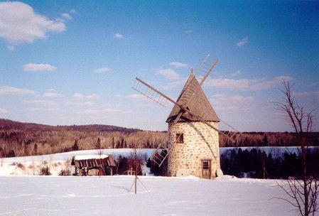 Moulin à vent en hiver.   Source : Ginette Martel Champoux, CCDMD, 2001 (consulté le 8 décembre 2014).