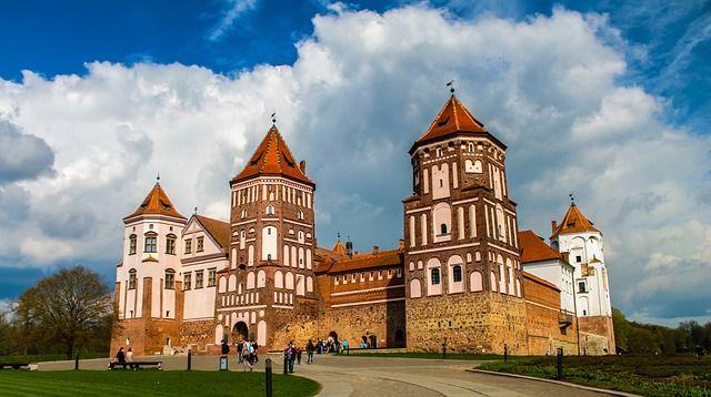 Első állomás a miri kastély. A miri várkastély vagy kastélyegyüttes (belarusz nyelven Мірскі замак) gótikus-reneszánsz stílusban épült vár Fehéroroszország Hrodnai területén található Mir település mellett. 2000-ben az UNESCO Kulturális Világörökség részévé nyilvánították. Azóta az addigra teljesen lepusztult és leégett kastélyt folyamatosan restaurálják. Ennek a folyamatnak köszönhetően az egyik bástya egy múzeumnak is otthont ad.