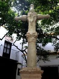 Cruz de la placita de Santa Marta, a la que se accede desde la plaza de la Virgen de los Reyes. del siglo XVI, la cual procede del Hospital de San Lázaro y fue instalada en la misma en el siglo XX tras la reurbanización de esta zona.