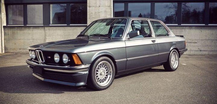 BMW E21, BMW'nin 3 serisi adıyla üretilen ilk otomobili. Atası olan ve BMW'nin üne sahip olmasına sebep olan BMW 2002 için üretilen yeni M10 kodlu performans motoru bu karosere sığmayınca E21'ler üretilmiştir. Toplam üretim sayısı 1.355.495'tir. Bunun 1/10'u sağdan direksiyonludur. Aracın Hartge ve Alpina tarafından modifiye edilen türleri bulunmaktadır. Alpina'nın modifiye kodları C1 2.3 ve…