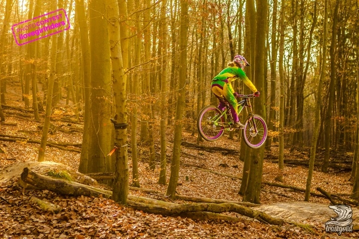 Flying Sunday - Rider : Sarah Lentes - Photo: Trailgold | VOTE » www.ilovegirlriders.com/en/photo-contest-spring - #ilovegirlriders #iamagirlrider #ilgr #girlriders #photocontest #photo #contest #mtb #cycling #downhill #road #bmx